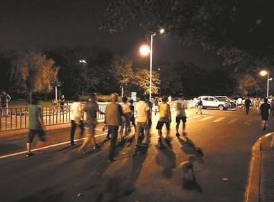 """青岛取消为暴走团""""封路""""措施 仍有人暴走马路"""