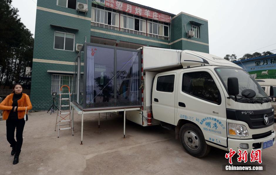 货车改房车 重庆4男子合资30万建移动别墅图片