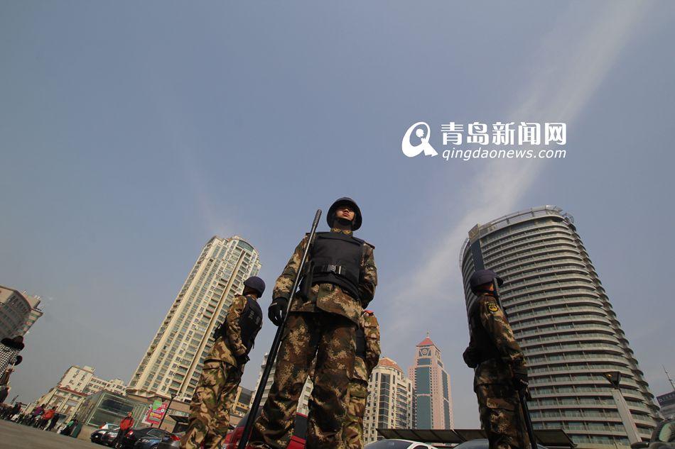 http://yuqing.qingdaonews.com/images/attachement/jpg/site1/20140305/00265e6143ae1481660501.jpg /enpproperty-->  青岛新闻网3月6日讯 近日,一些细心的旅客发现,在青岛火车站多了一些全副武装巡逻的武警,这让出行的市民顿感安全。自3月1日晚,昆明火车站发生暴力恐怖袭击事件后,车站安保问题引发关注。据介绍,青岛特警、武警和其他警种以及协警等社会力量,分不同时段在人员密集场所坚持巡逻防控。(青岛新闻网