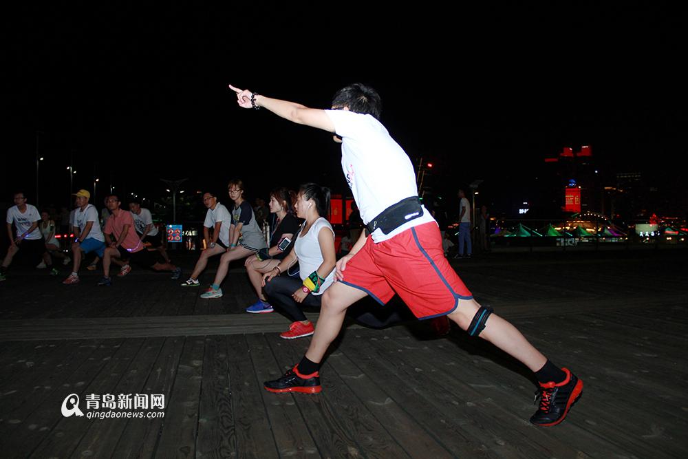 高清:实拍青岛夜跑团 夜幕海岸边的活力使者