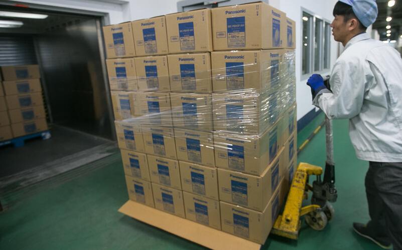 2015年3月9日,浙江省杭州市,在位于杭州下沙经济开发区的松下电化住宅设备机器(杭州)有限公司,工人们在电子坐便盖生产线忙碌,中国游客在日本购买的马桶盖正是这里生产出口到日本的。日前,松下公司证实了作为日本最畅销的马桶盖品牌,他们所有在日本销售的马桶盖都产自中国,同时,全世界所有的松下品牌的马桶盖(洁身器),其实都是在中国杭州生产的。