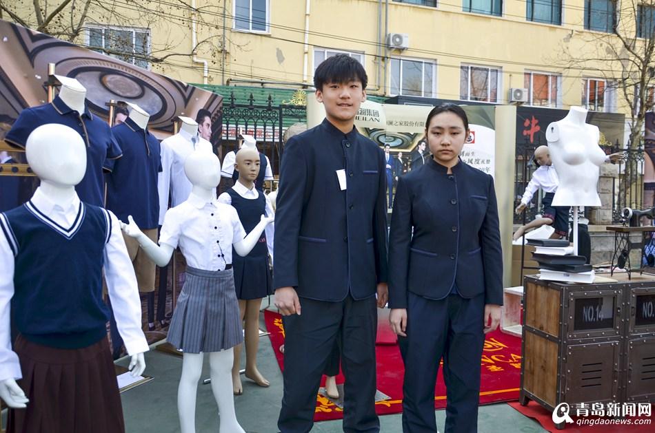 """""""来自青岛六十六中高一年级的王敏同学告诉记者,作为学校校服委员会的"""